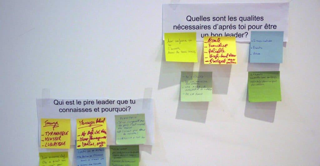 Photo d'une feuille avec des questions portant sur les qualités du leader