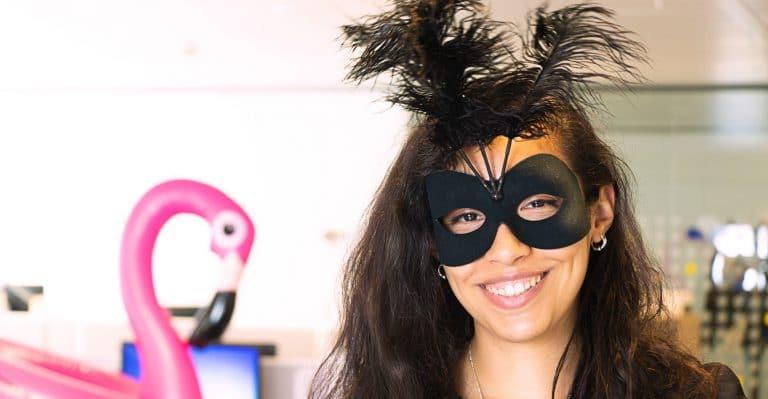 Photo d'une jeune manager portant un masque noir sur les yeux